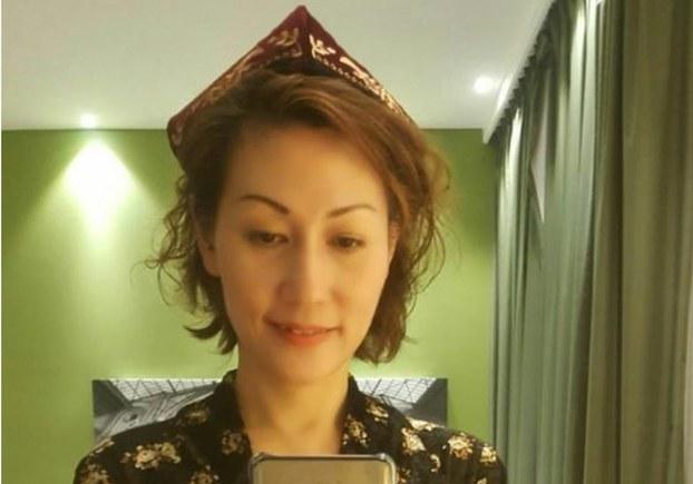 Xongkongluqlarning Uyghur doppisini kiyip, Uyghurlarni qollash pa'aliyetlirini ijtima'iy taratqularda keng tarqatqan jésika in'gixam xanim. 2019-Yili séntebir.