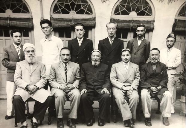 ئەيسا يۈسۈپ ئالىپتېكىن (ئالدىنقى رەت سولدىن ئىككىنچى كىشى)، يولبارسبەگ (ئالدىنقى رەت سولدىن ئۈچىنچى كىشى)، مۇھەممەد ئىمىن ئىسلامى (ئالدىنقى رەت سولدىن تۆتىنچى كىشى) قاتارلىقلار  شەرقىي تۈركىستانلىق بىر قىسىم ياش مۇھاجىرلار بىلەن بىللە، 1952-يىلى، ھىندىستان.