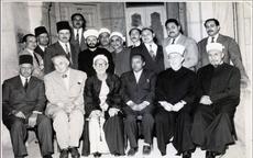 مۇھەممەدئىمىن بۇغرا (ئالدىنقى رەت ئوتتۇرىدا) ئىسلام دۇنياسىدىكى تەسىرى زور دىنىي ۋە سىياسىي ئەربابلاردىن سەئىد شامىل (ئالدىنقى رەت سولدىن ئىككىنچى كىشى)، شەيخ ئابدۇللەتىف دراز (ئالدىنقى رەت سولدىن ئۈچىنچى كىشى)، پەلەستىن مۇپتىسى مۇھەممەد ئەمىن ھۈسەيىنى (ئالدىنقى رەت سولدىن بەشىنچى كىشى) قاتارلىقلار بىلەن بىللە، 1954-يىل، يېرۇسالېم.