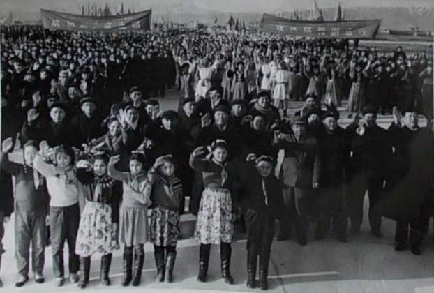 ئۇيغۇر ئاپتونوم رايونىدا ئۆتكۈزۈلگەن سىياسىي خاراكتېرلىك ئاممىۋى يىغىلىشلاردىن بىر كۆرۈنۈش. 1960-1970-يىللار. (ئورنى ئېنىق ئەمەس)