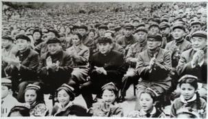1960- We 1970-yillarda Uyghur diyarida élip bérilghan zor kölemlik siyasiy heriketlerdin bir körünüsh (otturida olturghan herbiy kiyimlik kishi seypidin ezizi, orni we waqti éniq emes).