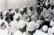 Мәрһум муһәммәтимин буғра 1954-йилидики һәҗ тавабити җәрянида мәккидә олтурақлашқан шәрқий түркистанлиқ муһаҗирлар билән биллә.