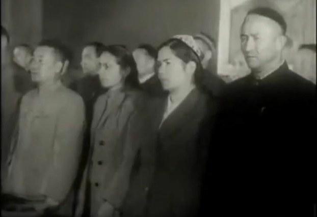 ئابدۇرەھىم ئەيسا (ئوڭدىن بىرىنچى) ئۈرۈمچىدىكى «تەڭرىتاغ» مېھمانخانىسىدا ئۆتكۈزۈلگەن ئۇيغۇر ئاپتونوم رايونىنىڭ قۇرۇلۇش مۇراسىمىدا. 1955-يىلى 1-ئۆكتەبىر.