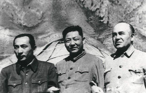 Shi jongshün (otturida, shi jinpingning dadisi, eyni waqittiki xitay kompartiyesi gherbiy-shimal byurosining ikkinchi sékrétari) seypidin ezizi (solda) we burhan shehidi (ongda) bilen 1952-yilidiki ili sepiride.