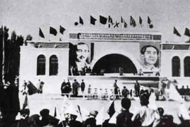 1949-يىلى 12-ئاينىڭ 17-كۈنى خىتاي كومپارتىيەسى ئۈرۈمچىدە ئاتالمىش «شىنجاڭ ئۆلكىلىك خەلق ھۆكۈمىتى» ۋە «شىنجاڭ ھەربىي رايونى» نى قۇرىدۇ. شۇ كۈنى سەھنىگە ئەخمەتجان قاسىمىنىڭ چوڭايتىلغان سۈرىتى ماۋ زېدوڭنىڭ سۈرىتى بىلەن باراۋەر ئېسىلغان كۆرۈنۈش.