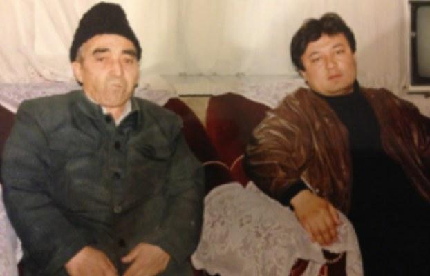 Низамидин һүсәйин әпәнди долқун әйса билән үрүмчидики өйидә чүшән сүрити. 1980-Йилларниң ахири