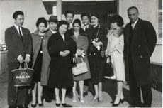 داۋۇت ئوسمان ئىرانغا مېڭىش سەپىرىدە ئىستانبۇل ئايرودرومىدا ئەيسا يۈسۈپ ئالپتىكىن ئائىلىسى بىلەن چۈشكەن سۈرەت (1950-يىللارنىڭ ئاخىرى). كەينىدىكى رەت سولدىن ئوڭغا مۇرات ئالىپتىكىن، مۇرات ئالىپتېكىننىڭ قىز دوستى رەھىمە خانىم، شەپكىلىك كىشى لەتىف قانات، داۋۇت ئوسمان، مىللىي شائىر ساتتار مەقبۇل چوبان؛ ئالدىدىكى رەت سولدىن ئوڭغا ئەيسا ئەپەندىنىڭ ئايالى فاتىمە خانىم، ئۇنىڭ قېشىدىكى خانىمنىڭ كىملىكى ئېنىق ئەمەس، داۋۇت ئوسماننىڭ ئامېرىكالىق ئايالى مارسىيە خوۋەس ئوسمان، لەتىف قاناتنىڭ ئايالى، ئەيسا يۈسۈپ ئالىپتىكىن.