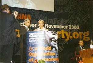 مەرھۇم كۈرەش كۆسەن خەلقئارا دېموكراتىيە يىغىنىدا (2002-يىل)