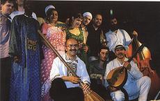 Мәрһум күрәш көсән шиветсийәдики дуня музикилири ансамбилиниң әзалири билән биллә оюн қоймақта (2003 - йил шиветсийә)
