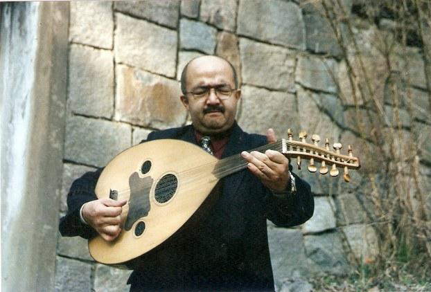 Yat tupraqta weten ishqi bilen ud chéliwatqan küresh kösen (2002-yili shiwétsiye)