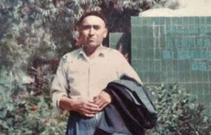 Низамидин һүсәйин әпәнди йәкәндики мәликә аманнисахан һәйкили алдида. 1990-Йиллар.